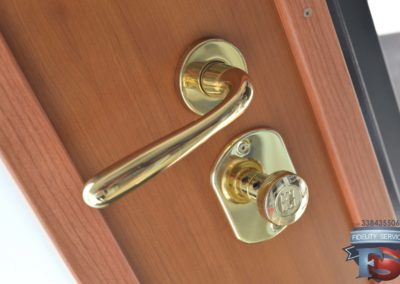 Porta blindata con serratura a cilindro europeo alto livello di sicurezza-parte interna della porta